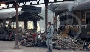 Un convoglio sventrato del treno Rapido 904