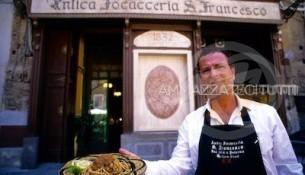 Vincenzo Conticello di fronte all'Antica Focacceria San Francesco di Palermo