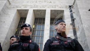 Protesta pro berlusconi davanti a palazzo di giustizia Protesta pro berlusconi davanti a palazzo di giustizia